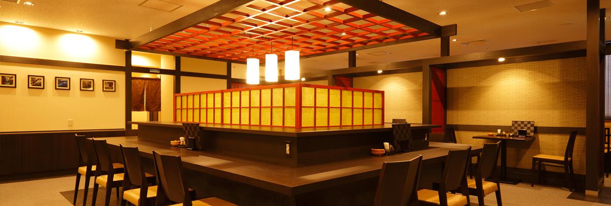 赤と黒を基調とした落ち着いた和風の店内でお一人様から多人数までお楽しみいただけます。